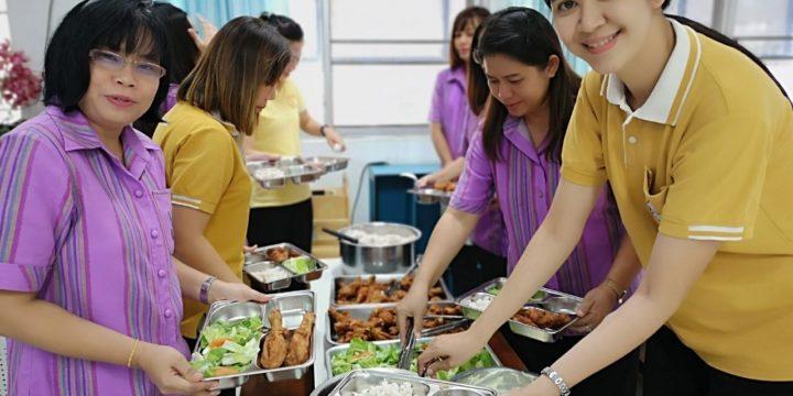 คุณครูอนุบาลสุดารักษ์ก็ทานผักเพื่อส่งเสริมสุขภาพของคุณครูค่ะ